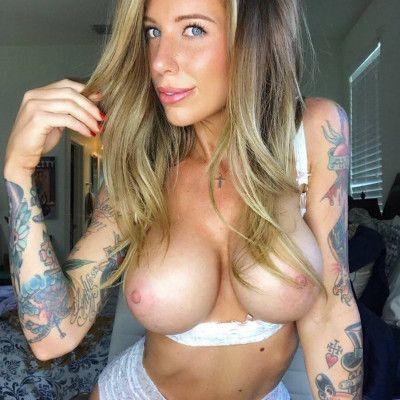 Loira tatuada em fotos caseiras