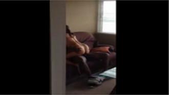 Filmou escondido o amigo comendo a prima no Flagra
