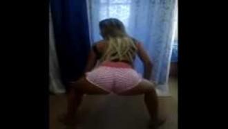 Larissa com shortinho bem safada dançando funk