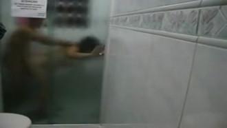 Metendo no banho e engolindo porra