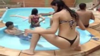 Novinha magrinha safada dançando funk na beira da piscina