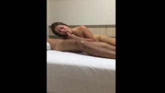 Vídeo escondido de uma casadinha safada  chupando e cavalgando na pica