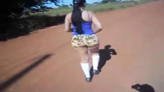 Namorada Bunduda Caminhando com Consolo No Cu