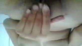 Video porno Gabi de Osasco esfregando a xota no banho. Essa morena magrinha aliviando a tensão em video amador.