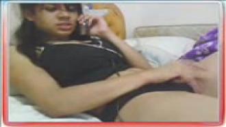 Video porno Fernanda na webcam MSN falando no cel e se masturbando. Gostosa bem safadinha se masturbando cheia de tesão.