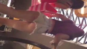 Dentro do shopping filmada a novinha com shortinho bem curto
