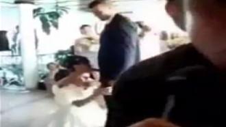 Noiva pagando a prenda de chupar o cacete do noivo.