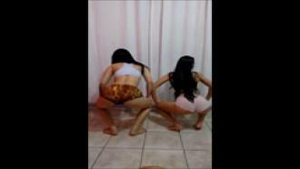 Duas Amigas De 18 Anos Dançando Com Shortinho Socado