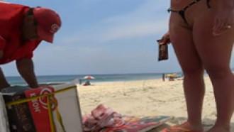 Gringa na praia provoca o vendedor de picolé mostrando sua buceta rachada