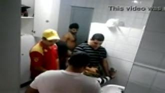 Safada na suruba no banheiro do posto de gasolina