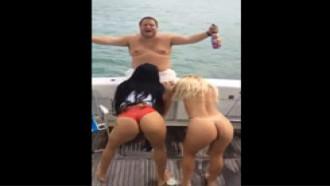 Gordão com duas gostosas no Barco|Receba vídeos no seu ZAP (Acesse ~> Ninfetinhasafada com)