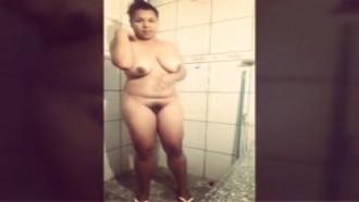 Camila ribeiro exibindo seu corpo