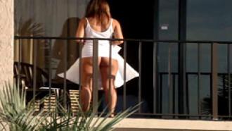 Mulher Flagrada Sem Calcinha Em Varanda De Hotel
