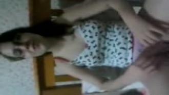 Video porno Mostrando a bucetinha raspadinha para a amiga. Essa delicia de vestido sem calcinha abriu as pernas pra exibir sua buceta gostosa.