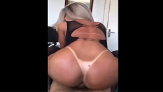 Video de sexo Adoro sentar em um pau de Baiano assim. Linda transex loira gostosa estilo panicat fodendo em sexo anal amador caiu na net bem safada.