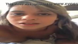 Video porno Caiu na net porque quis. Filmou a novinha dando gostoso e ela olhando pra câmera, caiu na net o video de sexo dessa safadinha.