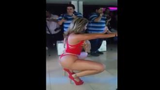 Gostosa Cavala Fazendo Strip Em Festinha De Empresários #225940