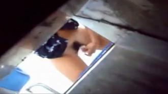 Video porno só mijadas flagradas em banheiro público. Essas gostosas sem saber que estavam sendo filmadas foram flagradas mijando bem deliciosas.