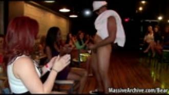 Safadas chupando pau de striper em festinha fechada no bar