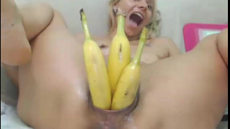 Arrombando a buceta com bananas safadinha selvagem