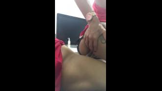 Video porno Arregaçando meu cuzinho com novinho. Delicia essa travesti deliciosa dando cu sentando gostoso em porno amador.