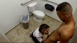 Video porno Flagra de sexo na empresa. Essa loira safada chupou pau e deu buceta para o amigo que não sabia que estava sendo filmado.