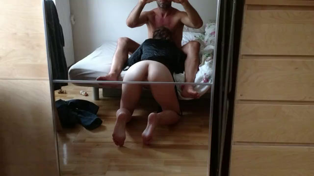 Video porno Esposa filmada no espelho pagando boquete. Safada engolindo tudo deixando marido louco de tesão gravando sua bunda deliciosa de 4.