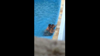 Casal flagrados transando na piscina do hotel