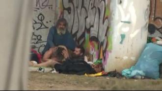 Mendigos comendo a velha embaixo da ponte