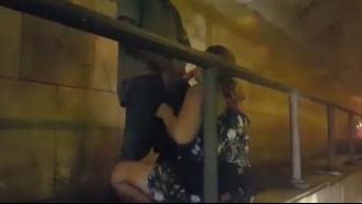 Video porno Mulher flagrada fazendo boquete em viaduto. Essa coroa safada gosta de chupar pau em público e não se incomodou de vários carros passando para mamar o pau do moreno safado.