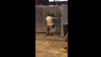 Video amador Chaves comendo ficante depois que bloco de carnaval acabou. Esse casal safado depois de beber muita cerveja ficaram com tesão e resolveram fazer um sexo em público na frente de todo mundo.