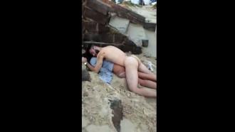 Video porno Casal bêbado flagrado dormindo pelado na praia. Esses dois foram transar e acabaram pegando no sono até de manhã quando banhistas filmaram essa cena engraçada.