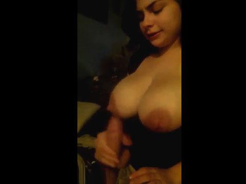 Video porno Batendo punheta com peitões pra fora. Branquinha bem safada fez aquele punheta gostosa depois u boquete e ainda recebeu gozada na boca nessa putaria caseira.