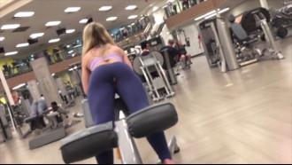 Video porno Gostosa flagrada na academia com calça rasgada. Delicia essa tesuda sem saber que estava aparecendo sua calcinha e a xota foi filmada escondida por homem tarado da academia.