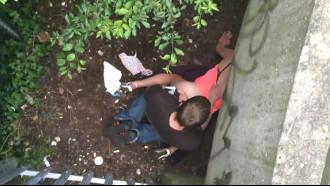 Video porno Casal flagrado transando debaixo da ponte. Que safadeza desses dois que sem nenhuma vergonha aliviaram o tesão em local público com passagem de pedestres.