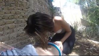 Prostituta pagando boquete na rua