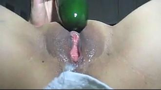 Gulosa enfiando pepino na bucetona
