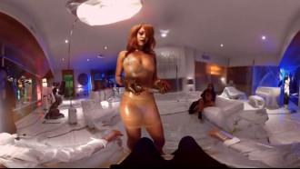 Rihanna nua em cena deletada de um clipe. Muito gostosa essa famosa cantora negra com um corpo delicioso gravando cena de um novo clipe. Rihanna pelada caiu na net mostrando tudo.