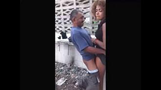 Idoso quase infartou comendo mulata noiada. Essa mulher recebeu droga em troco de foder com o homem velho que deu uma rapidinha e gozou dentro da buceta.