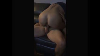Video porno Esposa gostosa sentou no pau do comedor. Delicia demais essa safadinha rebolando sua xota no cacete enquanto é filmada transando.
