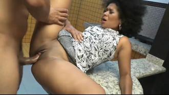 Video porno Brenda Suiane é uma negra deliciosa que fode muito. De pernas abertas essa safada levou pica e gemeu muito sentindo prazer ao levar uma socada forte.