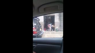 Casal foi flagrado transando no meio da rua sem nenhuma vergonha enquanto passava pessoas pelo local que filmaram essa putaria e jogaram na internet.