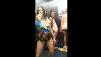 Mulheres nuas no elevador em Las Vegas depois de uma balada tiraram a roupa filmando a putaria que acabou vazando nas redes sociais.