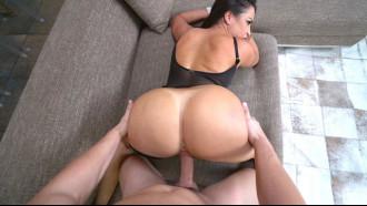 Bela rabeta da Julianna Vega uma latina gostosa gemendo enquanto o safado fode sua buceta com bundão grande empinado de 4 em cena perfeita de porno HD.