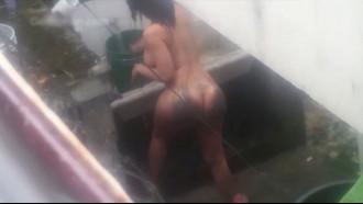 Vizinho tarado flagrou gostosa nua no quintal dando uma refrescada depois de lavar a roupa e completamente pelada ela não imaginou que estava sendo filmada.