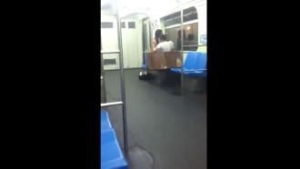 Namorados transando dentro do metro foram flagrados por passageiro que ficou escondido e viu a magrinha sentando no pau duro do safado em local público.