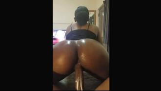 Video de sexo Negra do rabão grande melando pau de gozada em uma deliciosa foda cavalgando bem devagar no pau duro do namorado safado que gozou litros.