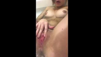 Nua na banheira em deliciosa masturbação alisando sua xota de 19 aninhos toda putinha gravou tudo pelo celular e o video vazou em sua sala da faculdade.