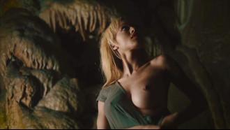 Stormi Maya nua em cena de filme da Netflix