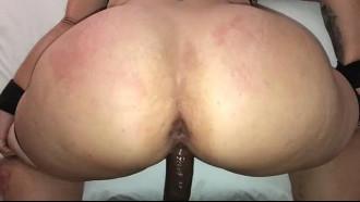 Mulher bunduda de 50 anos dando de 4. Essa coroa safada fez o seu primeiro video porno amador com o moreno que meteu muito socando no rabo grande da safada.
